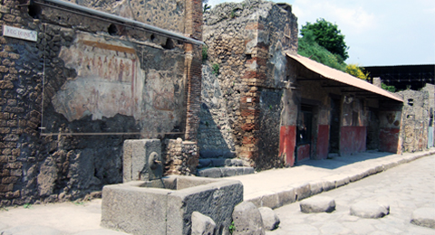 Via dell'Abbondanza in Pompeii, © Jackie and Bob Dunn www.pompeiiinpictures.com.